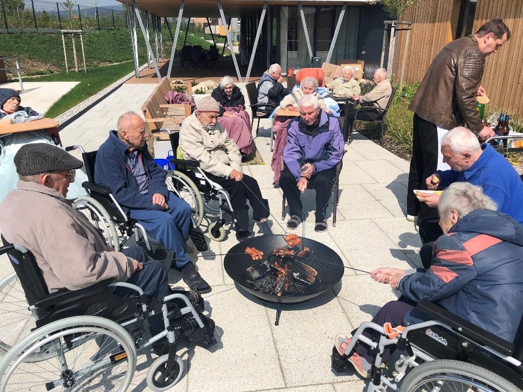 Opékání buřtů v SeniorCentru Liberec